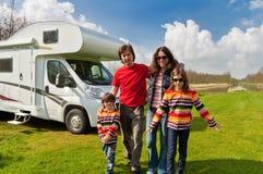 在野营,野营车行程的家庭度假 免版税库存图片