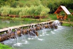 在野餐安排附近的湖 免版税库存图片