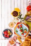 在野餐桌上的五颜六色的地中海开胃菜 免版税库存照片