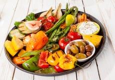 在野餐桌上的五颜六色的烤菜富饶 库存图片