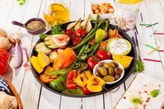 在野餐桌上的五颜六色的烤菜富饶 库存照片