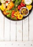 在野餐桌上的五颜六色的烤菜富饶 免版税库存图片