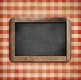 在野餐桌布的老黑板 免版税库存图片