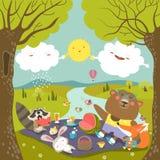 在野餐的动物在森林里 库存照片