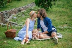 在野餐的夫妇在领域在休息晴朗的夏日享用和 亲吻和获得乐趣 库存图片