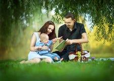 在野餐的家庭 免版税库存图片