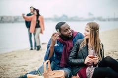 在野餐的美好的浪漫夫妇 免版税库存照片