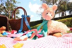 在野餐的被充塞的玩具 免版税库存图片