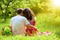 在野餐的年轻夫妇 免版税库存图片