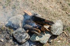 在野餐石头中的篝火 库存照片