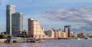 在金丝雀码头的伦敦河沿 库存图片