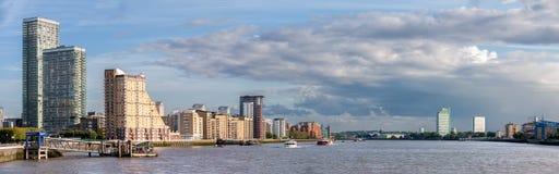 在金丝雀码头的伦敦河沿 库存照片
