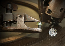 在金刚石上雕琢平面,大宝石用jewelery切口设备 珠宝 免版税图库摄影