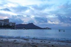 在金刚石头的日出从威基基,奥阿胡岛,夏威夷 库存照片