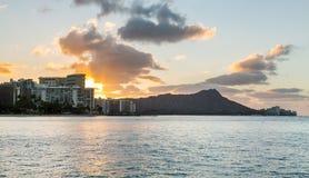 在金刚石头的日出从Waikiki夏威夷 库存图片