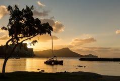 在金刚石头的日出从Waikiki夏威夷 免版税库存照片
