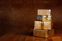 在金包装纸的礼物盒与丝带 免版税库存图片