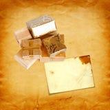 在金包装纸的礼物盒在葡萄酒纸板 库存照片