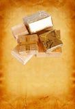 在金包装纸的礼物盒在葡萄酒背景 免版税图库摄影