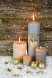 在金子和白色的欢乐圣诞节装饰:四红色燃烧 免版税库存照片