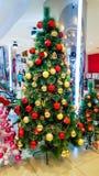 在金子和红色圣诞节装饰装饰的圣诞树 库存图片