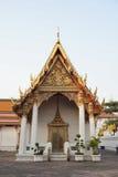 在金子和红色在Wat Pho装饰的教会 库存照片