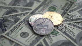 在金子和银Bitcoin BTC上面的Litecoin铸造转动在100美元票据  全世界真正互联网 股票录像