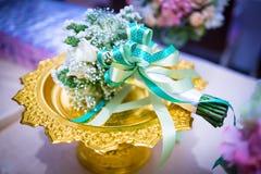 在金子帕纳的美丽的精美新娘花束 - 花卉weddi 免版税图库摄影