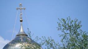 在金子的东正教十字架覆以圆顶圆屋顶反对蓝色多云天空 股票视频