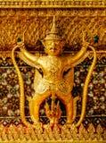 在金子,国王宫殿曼谷,泰国的装饰的鹰报鸟 免版税库存照片