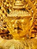 在金子,国王宫殿曼谷,泰国的装饰的鹰报鸟 免版税库存图片