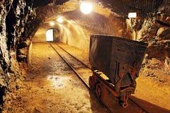 在金子,银矿的地下火车推车 免版税库存照片