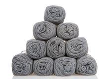 在金字塔堆积的灰色毛线丝球隔绝在白色 免版税库存照片