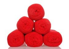 在金字塔堆积的红色毛线丝球隔绝在白色 库存照片