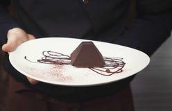在金字塔形状的块菌状巧克力蛋糕 库存图片