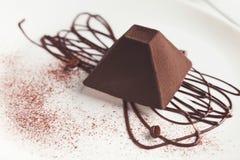 在金字塔形状的块菌状巧克力蛋糕 免版税库存照片