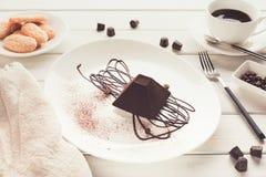在金字塔形状的块菌状巧克力蛋糕 图库摄影