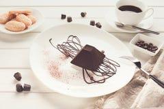 在金字塔形状的块菌状巧克力蛋糕 免版税库存图片