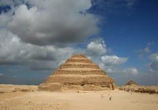 在金字塔步骤附近的开罗 库存照片