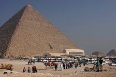 在金字塔的脚的旅游业 免版税图库摄影