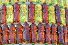 在金字塔红色和绿色排队的小组塑料瓶 库存照片