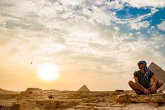 在金字塔附近的凝思在开罗,埃及 免版税库存照片