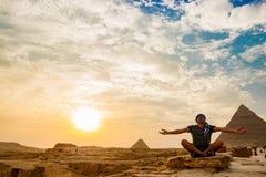 在金字塔附近的凝思在开罗,埃及 免版税图库摄影
