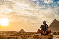 在金字塔附近的凝思在开罗,埃及 免版税库存图片