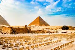 在金字塔附近的椅子在开罗,埃及 免版税库存照片