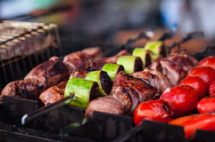 在金属串的开胃热的烤肉串 库存图片