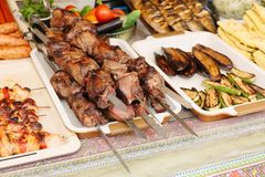 在金属串的烤kebab 街道食物陈列室  库存图片