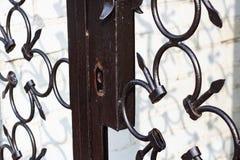 在金属伪造的篱芭关闭的匙孔  免版税图库摄影