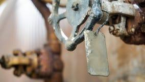 在金属做的把柄的一块标签板材,特写镜头 免版税库存照片