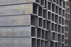 在金属制品仓库金属化外形管子组装的长方形横断面 免版税图库摄影